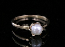 626. A Pearl & Gold Ring  A simple yet elegant
