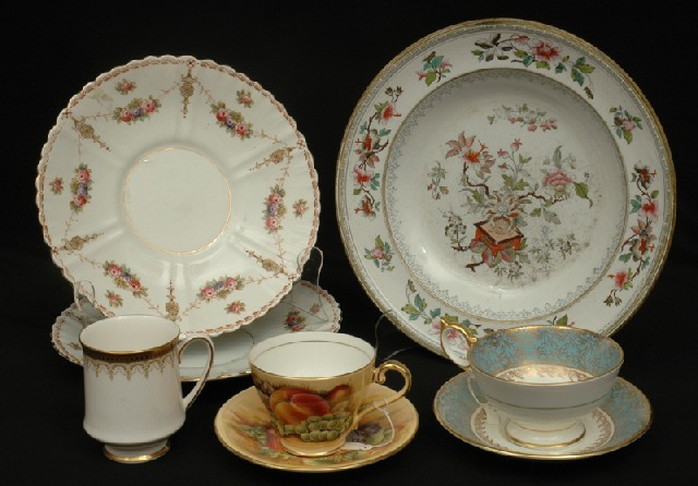 A COLLECTION OF VICTORIAN CHINA CUPS. The