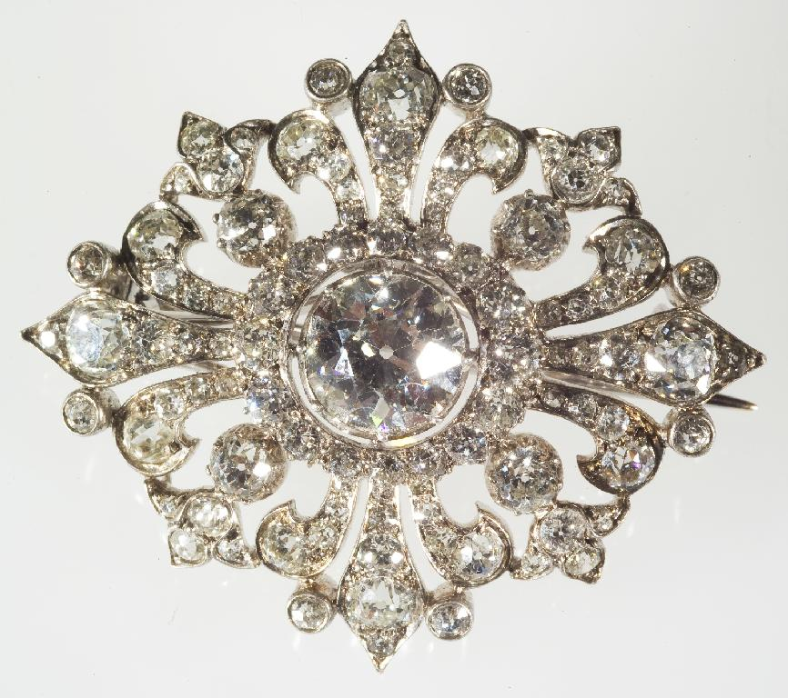 VICTORIAN DIAMOND BROOCH, c. 1880, the central