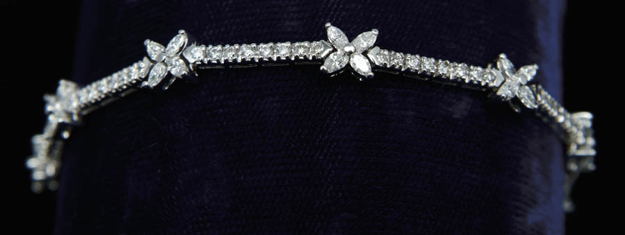 18KT DIAMOND BRACELET. Beautiful 18kt white