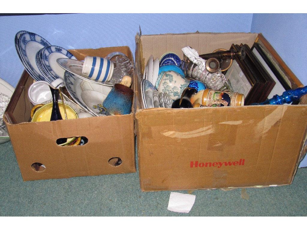 Lot comprising two boxes assorted ceramics