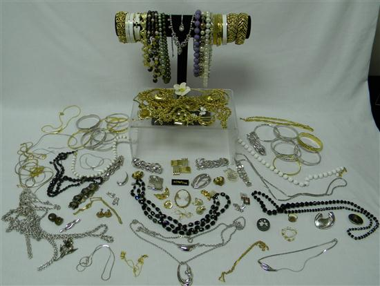 JEWELRY: Assorted costume jewelry including