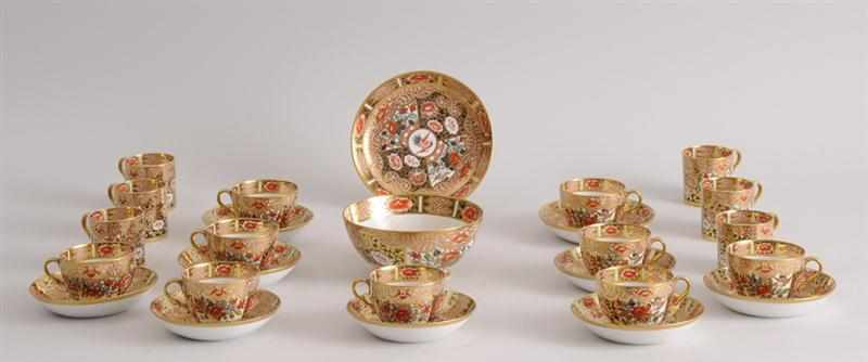 ENGLISH PORCELAIN PART TEA SERVICE IN THE
