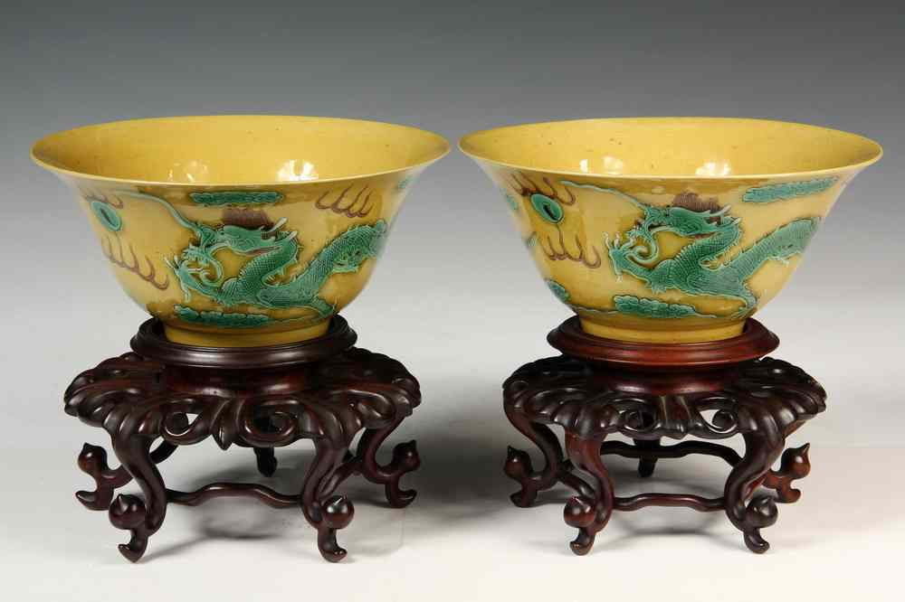PAIR OF IMPERIAL DRAGON BOWLS - Pair of Chinese