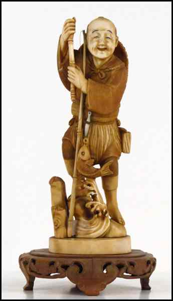 JAPANESE CARVED IVORY FIGURE OF A FISHERMAN.