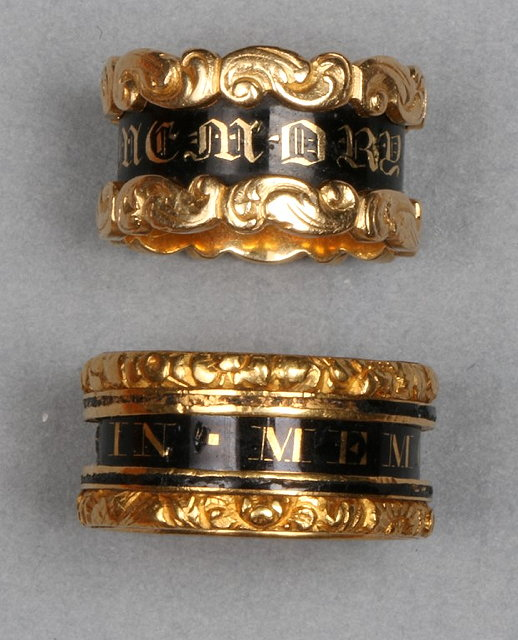 A LATE GEORGIAN 18CT GOLD AND BLACK ENAMEL