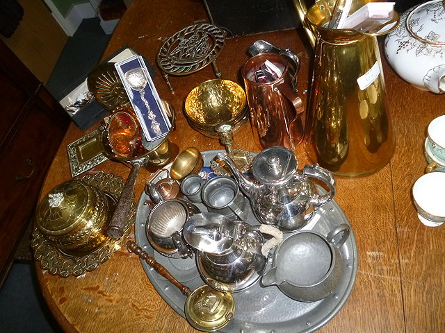 A QUANTITY OF VARIOUS METALWARE to include