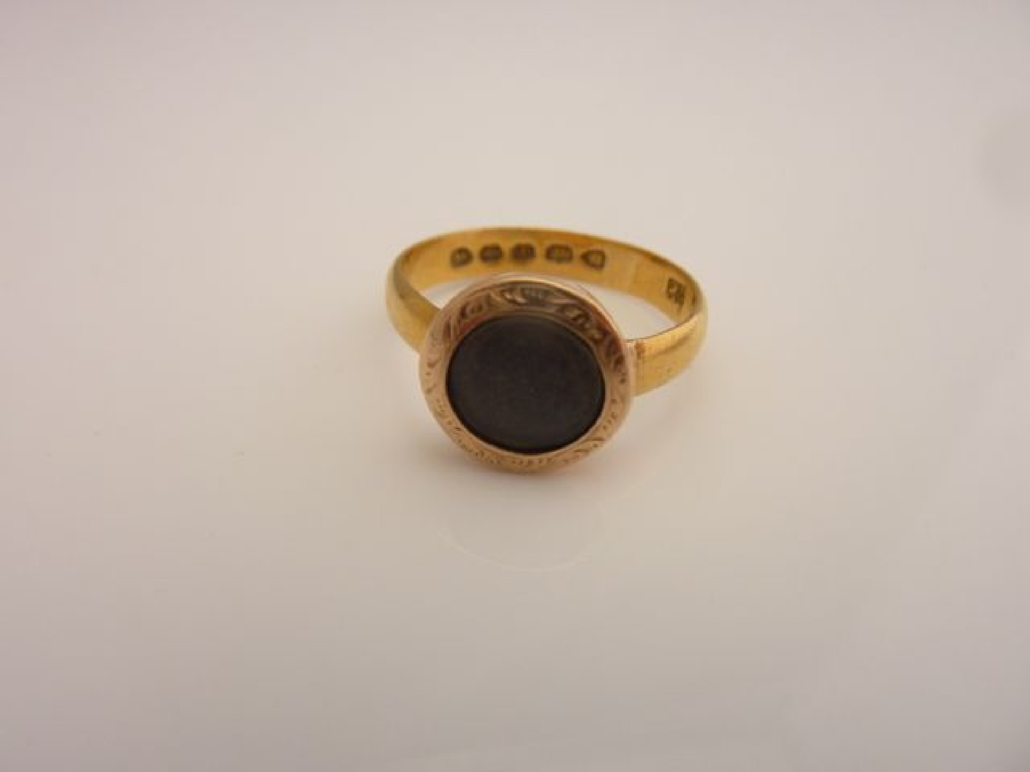 A Victorian mourning ring, the central compartment