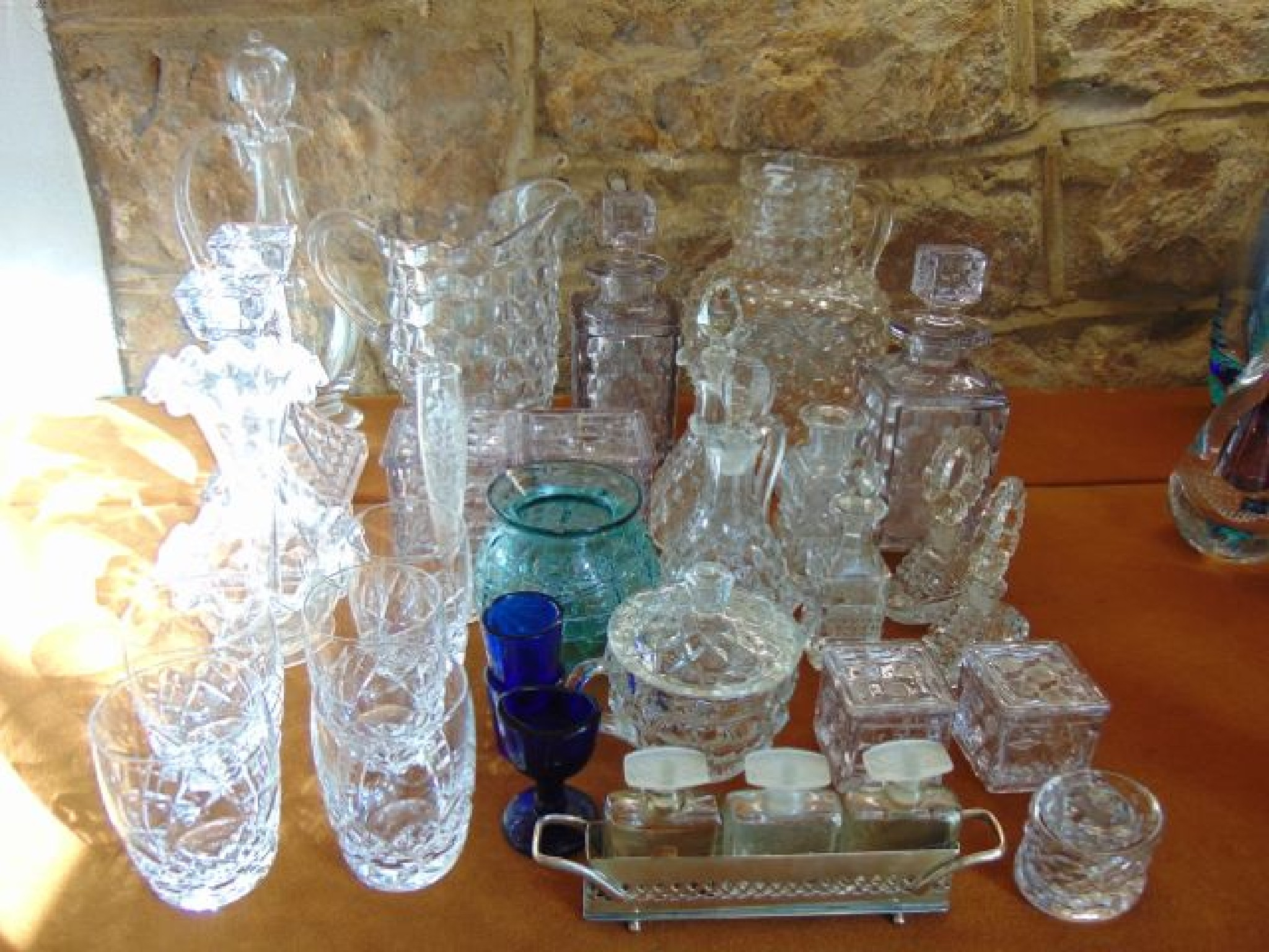 A mixed quantity of glassware to include