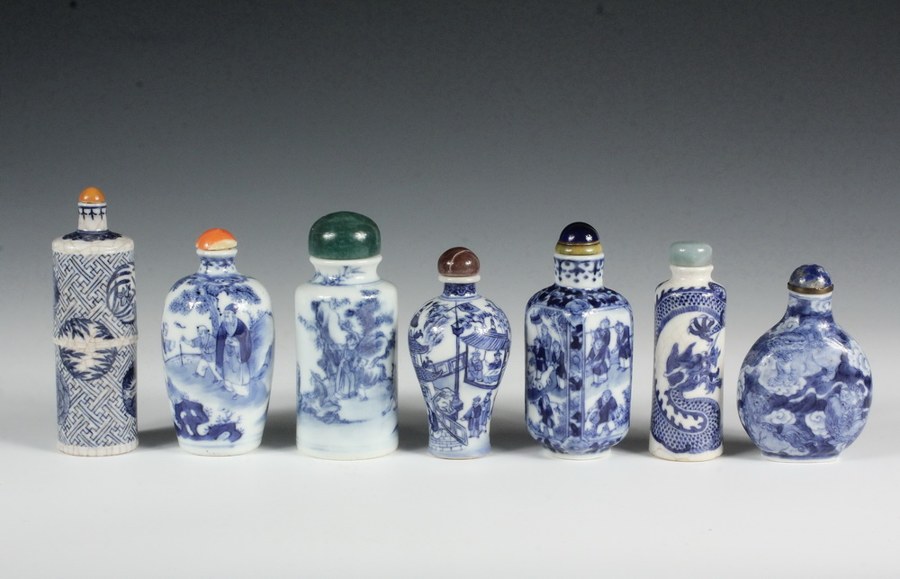 A GROUP OF (7) BLUE AND WHITE PORCELAIN SNUFF