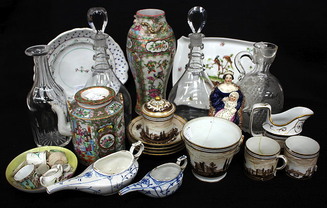 A COLLECTION OF ANTIQUE CHINA AND GLASS to