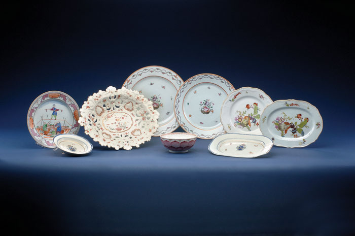 CHINESE EXPORT PORCELAIN FAMILLE ROSE DECORATED