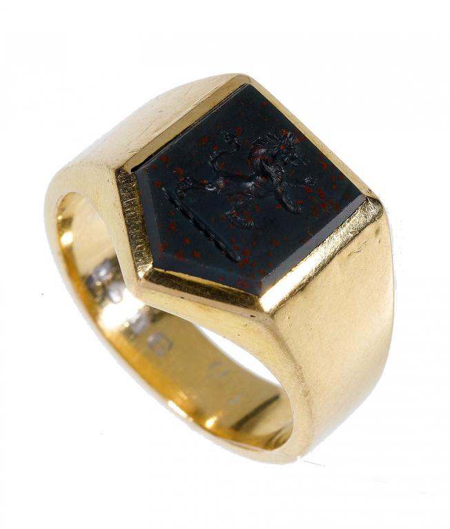 AN 18CT GOLD SIGNET RING with heliotrope